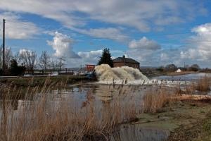 Przepompowywanie wody do rzeki Parrett (fot. Mark Robinson / CC BY-NC 2.0 / Flikr.com)