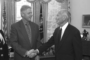 Prezydent USA Bill Clinton gratuluje Gilbertowi White'owi Medalu Nauki (fot. Ken Abbott / Natural Hazards Center, Colorado University at Boulder, (http://www.colorado.edu/hazards/gfw/honors.html)
